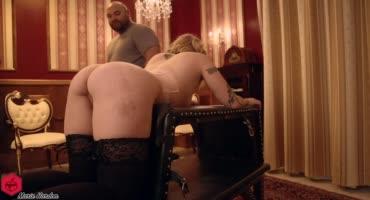 Лысый мужик мастурбирует выбритую киску спелой блондиночки