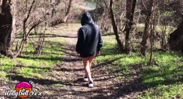 Молоденькая девушка помастурбировала во время прогулки в парке