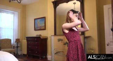 Молоденькая девушка кончает с помощью большого вибратора