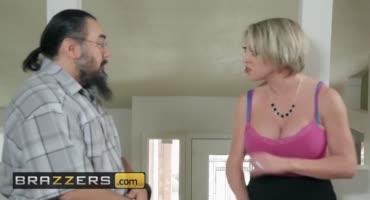 Пышная блондиночка изменила мужу, пока тот был в соседней комнате