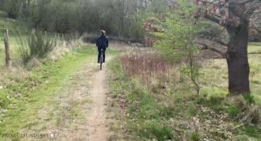 Вело прогулка закончилась жестким сексом в лесу