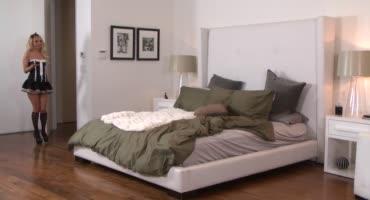 Три зрелые сексуальные штучки развлекаются на кровати