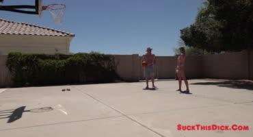 Поиграла в баскетбол нужно бы и член отсосать