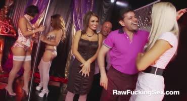 Веселенькая групповушка гламурных красавиц в стрип клубе