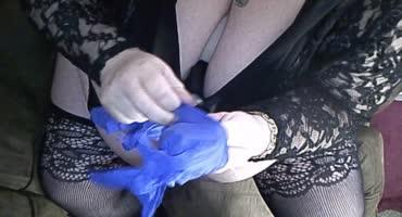 Для полной безопасности надела маску и перчатки, подрочив негру до оргазма