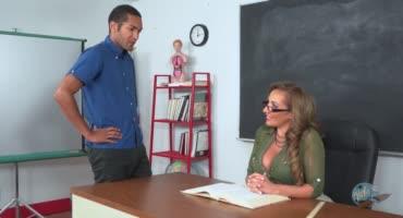 Красивая учительница уединилась с молодым парнем
