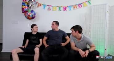 Толстая мачеха отрывается с тремя молодыми членами