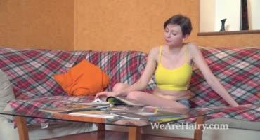 Молодая барышня мастурбирует волосатую письку