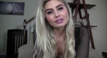 Фетишистка пускает слюни по языку на веб камеру