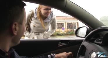 Мужик на дорогой тачке запикапил телочку и трахнул ее в машине