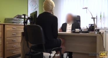 Доверчивая блондинка поверила, что своей киской сможет заполучить работу