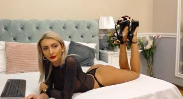 Сексуальна блондинка решила поиграть и ищет себе жертву