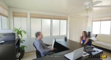 Сексуальная секретарша долбится на столе во время переговоров