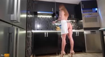 Сексапильная милфа соблазняет своего парня обнаженным видом на кухне