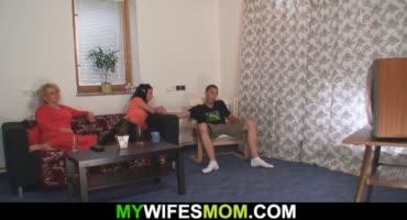 Оттрахал мамашу своей жены, за что получил по полной