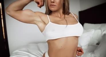 Спортивная красотка демонстрирует свое возбуждающее тело