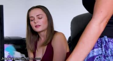 Сучка закончила массаж шикарным отсосом и сексом