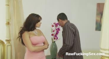 Жаркий секс малышки и чувака после знакомства на улице