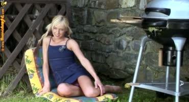 Юная блондинка ублажает свою киску на природе