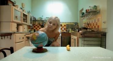 На кухне блонда чешет киску длинным кабачком