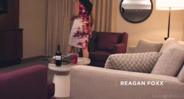 Лесбиянки Индия Саммер и Реган Фокс развлекаются на диване
