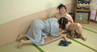 Девчуля в халатике трахает пальчиком толстую японку