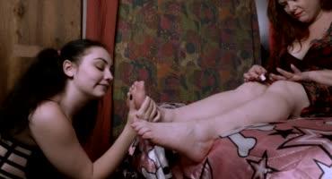 Мамка заставила облизывать её ножки свою дочку