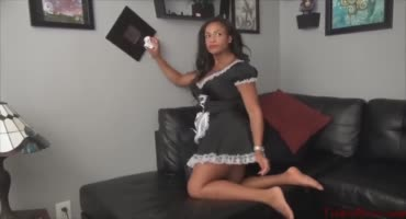 Горничная развлекается с бизнес леди в её доме