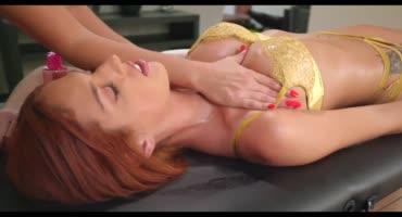 Рыжая дама пришла на массаж и получила оргазм
