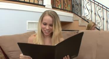 Молоденькую стройную блондинку соблазняет мачеха