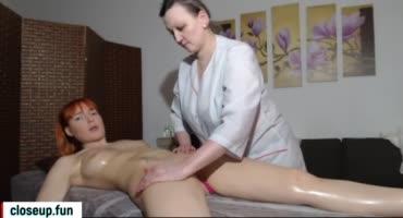 Зрелая массажистка показала рыжей супер массаж