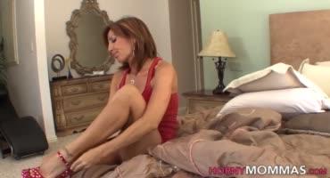 Взрослая мама занимается сексом со сладкой дочкой