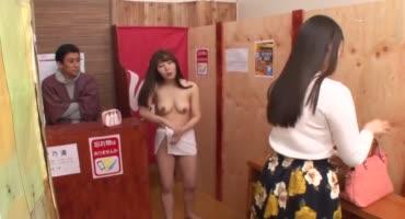 Две японки хорошо провели время в сауне, занявшись сексом