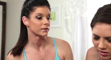 Мамка помогла волосатой киске дочки получить оргазм