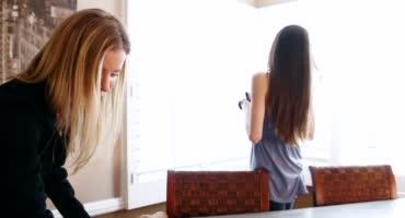 Молодая брюнетка набирается опыта на работе и даёт ласкать свою киску