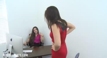 Молоденькая девушка наслаждается ножками своей начальницы