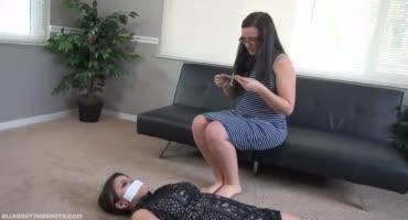 Жопастая сучка решила посидеть на лице связанной малышки