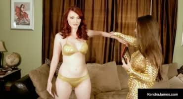Красотки в золотистых нарядах познали кайф от игрушек