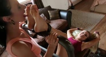 Брюнетка щекочет язычком и пальчиками ноги блондинки