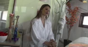 Массажистка совратила клиентку на лесбийский секс в масле