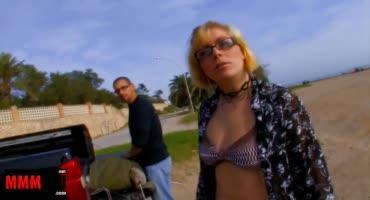 Короткостриженная дама трахается на пляже