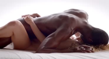 Негр занимается с подружкой нежным сексом