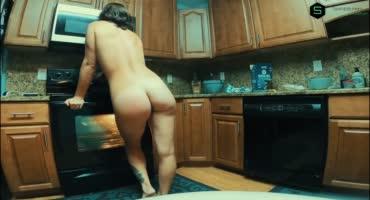 Тёлочка с пышной жопой готовила жрать а муж захотел её трахнуть
