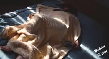 Трахает свою спящую сестрицу на кровати после вписки