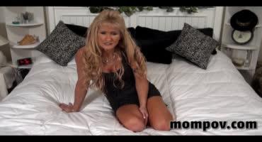 Блондинка постарше отлично справилась с членом