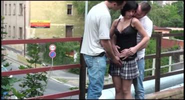Одногруппники развели свою подружку на секс на мосту