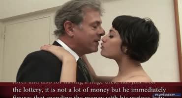 Короткостриженную самку трахает богатый мужик в номере отеля