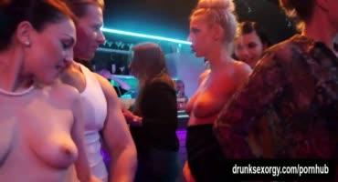 Молодые девушки танцуют, пьют и всячески веселятся на больших пенисах в клубе