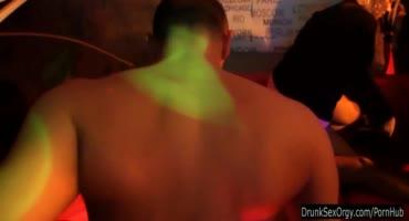 Горячие сучки раздвигают ножки прямо в клубе