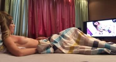 Молоденькая блондинка смотрит порно перед вебкамерой